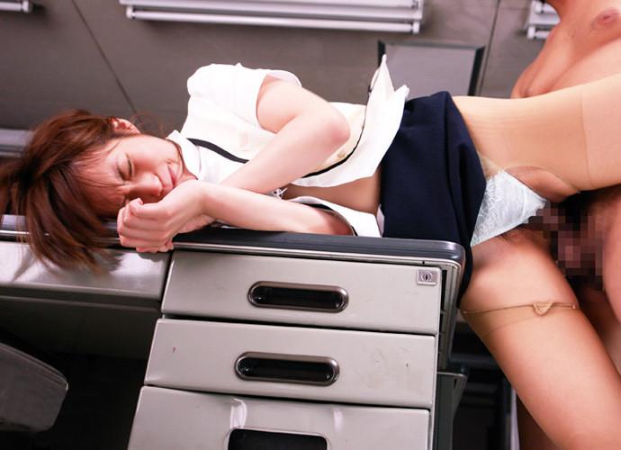 上司の机の上でスリルエッチする社内恋愛カップル6枚目