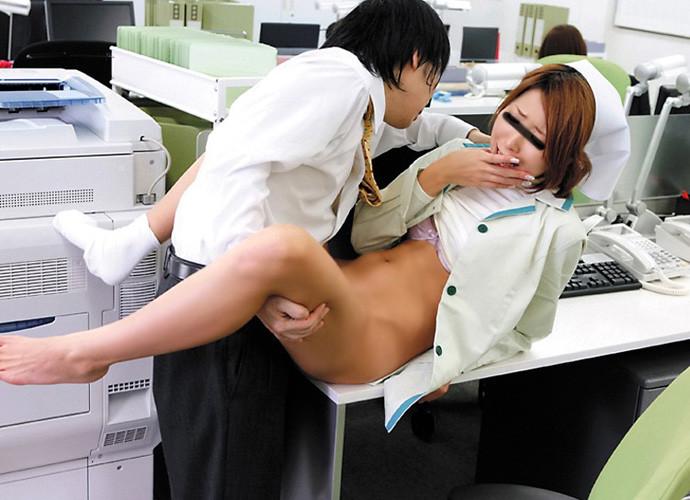 上司の机の上でスリルエッチする社内恋愛カップル9枚目