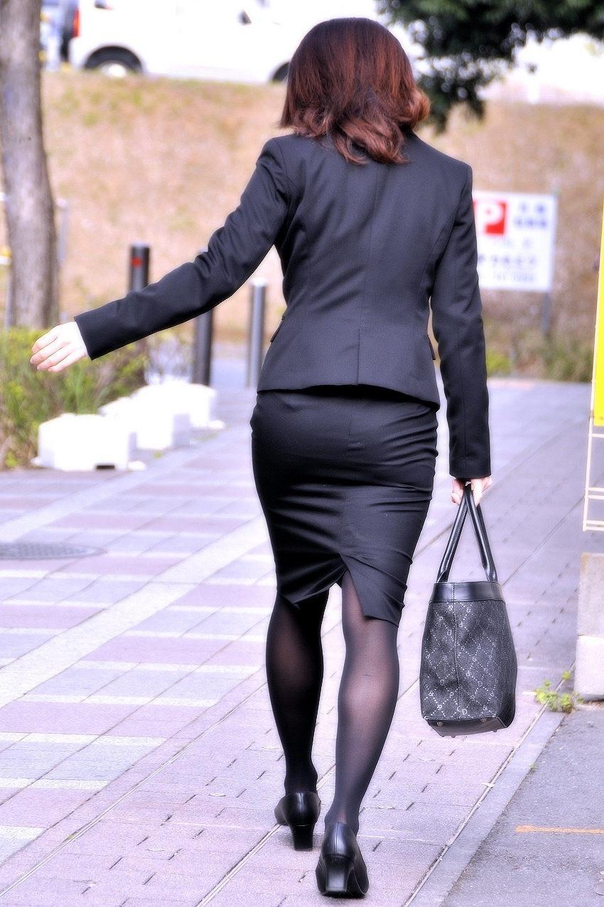 働くお姉さんのタイトスカートと黒パンスト姿がエロイ1枚目