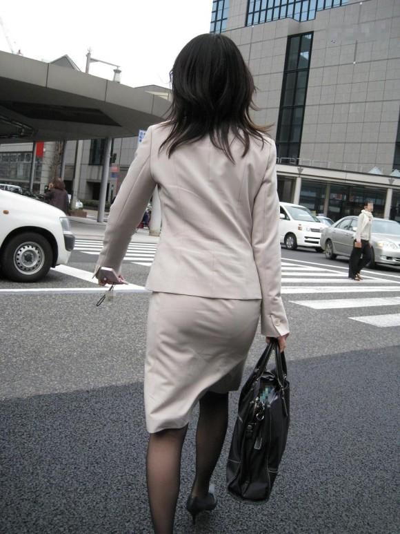 働くお姉さんのタイトスカートと黒パンスト姿がエロイ2枚目