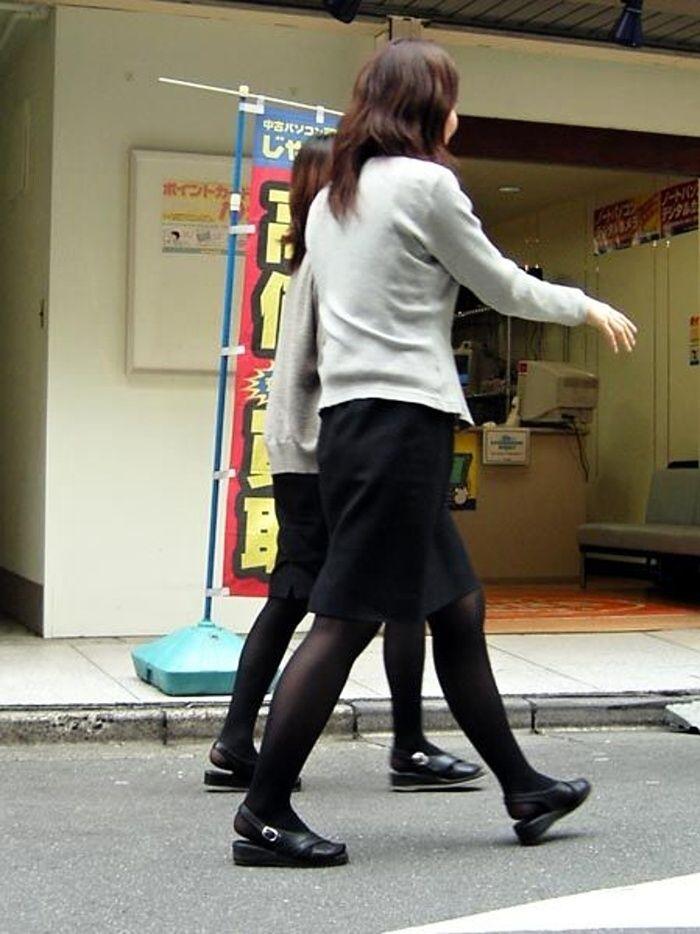 働くお姉さんのタイトスカートと黒パンスト姿がエロイ3枚目