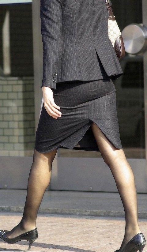 働くお姉さんのタイトスカートと黒パンスト姿がエロイ4枚目