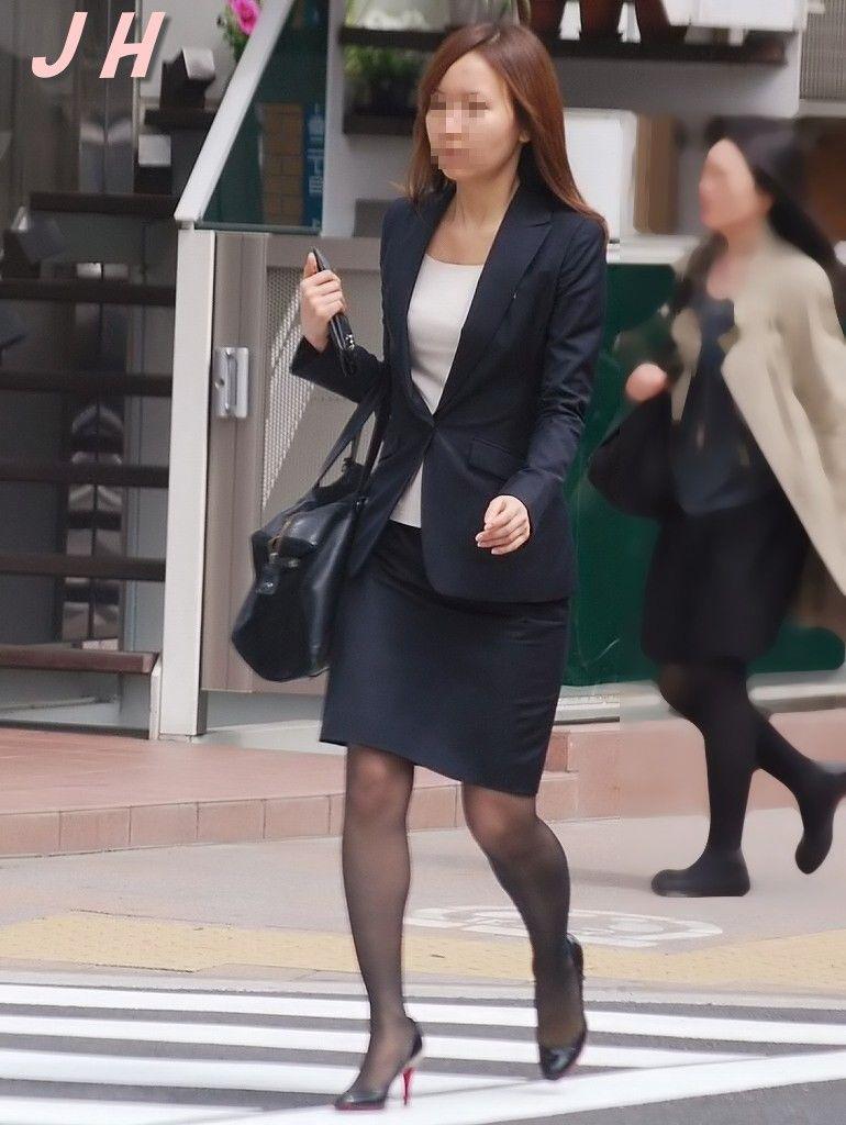 働くお姉さんのタイトスカートと黒パンスト姿がエロイ7枚目