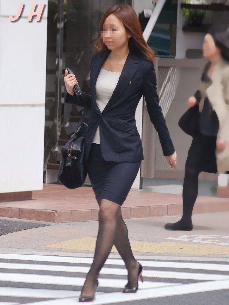 働くお姉さんのタイトスカートと黒パンスト姿がエロイ8枚目