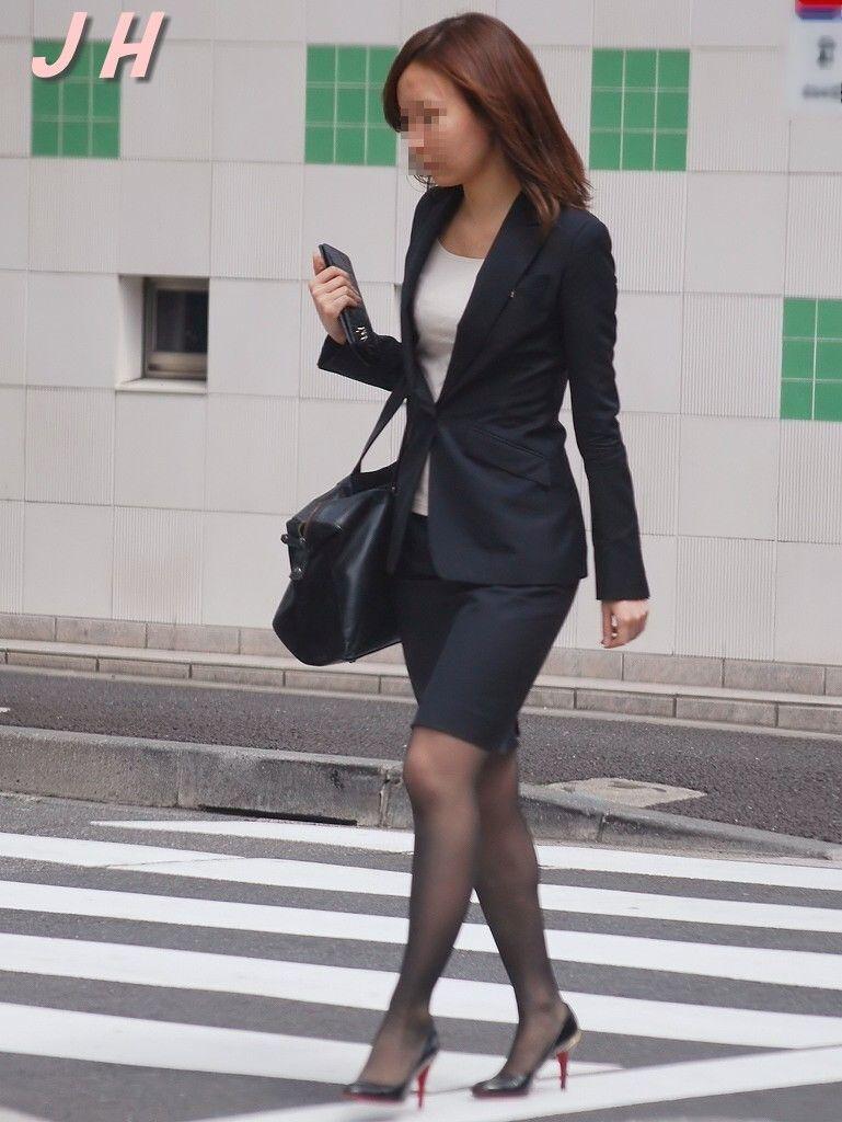 働くお姉さんのタイトスカートと黒パンスト姿がエロイ9枚目
