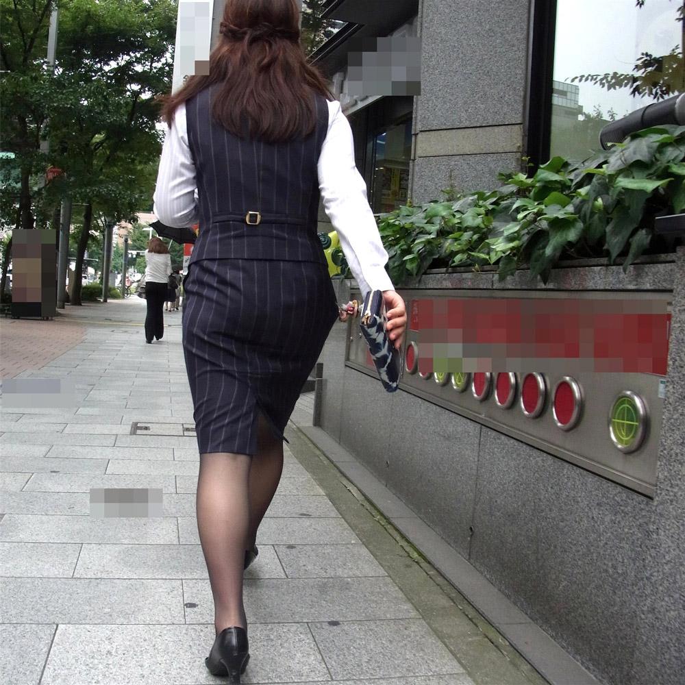 働くお姉さんのタイトスカートと黒パンスト姿がエロイ13枚目