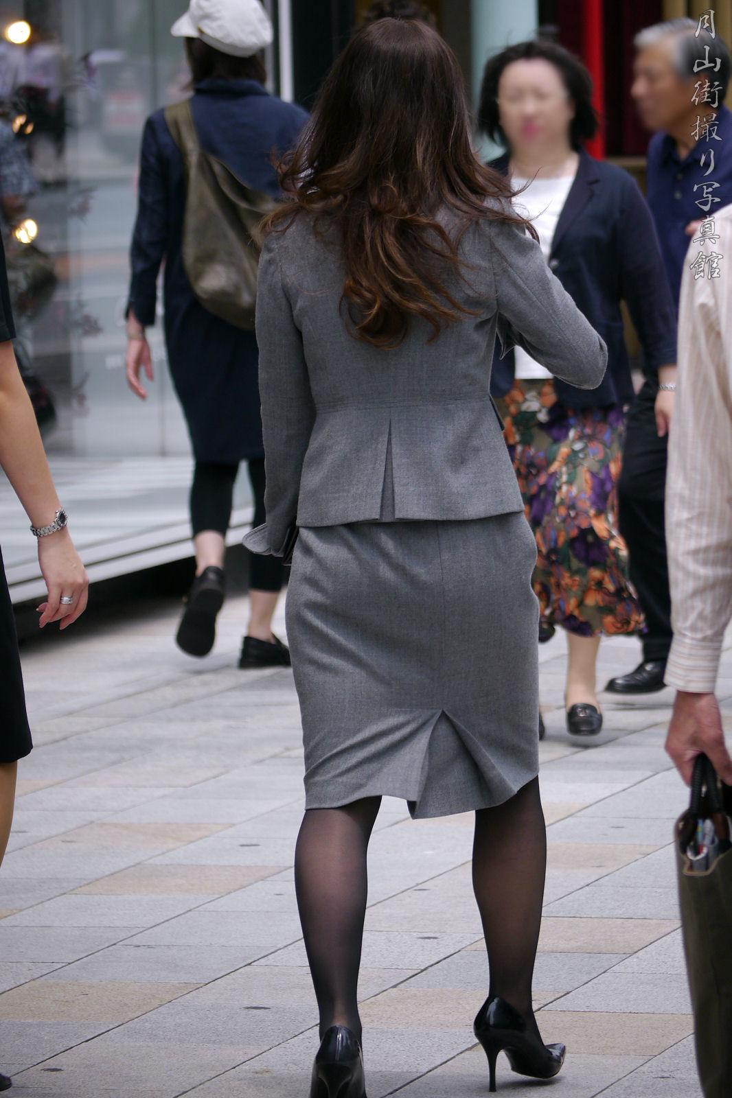 働くお姉さんのタイトスカートと黒パンスト姿がエロイ15枚目