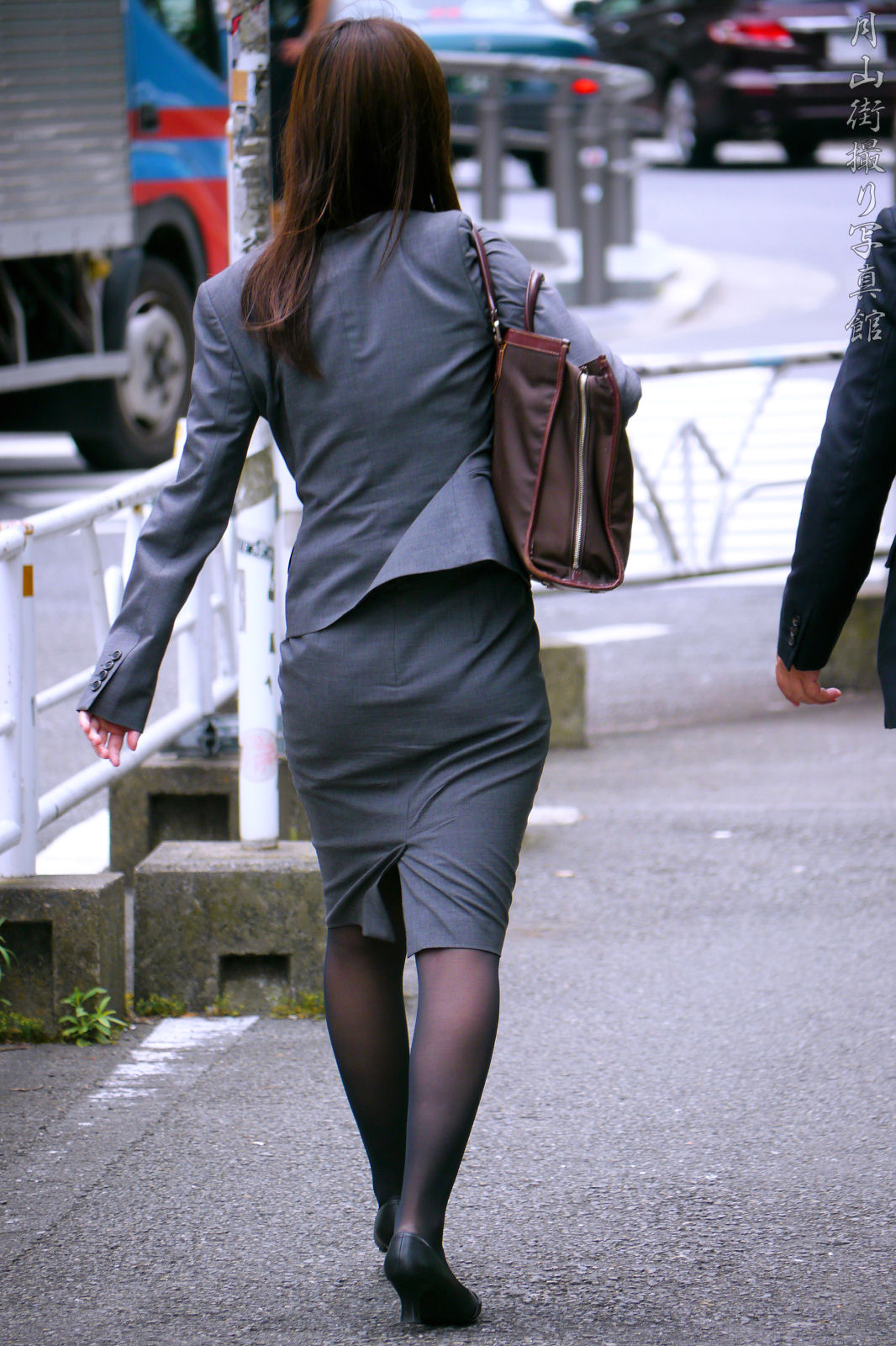 働くお姉さんのタイトスカートと黒パンスト姿がエロイ16枚目
