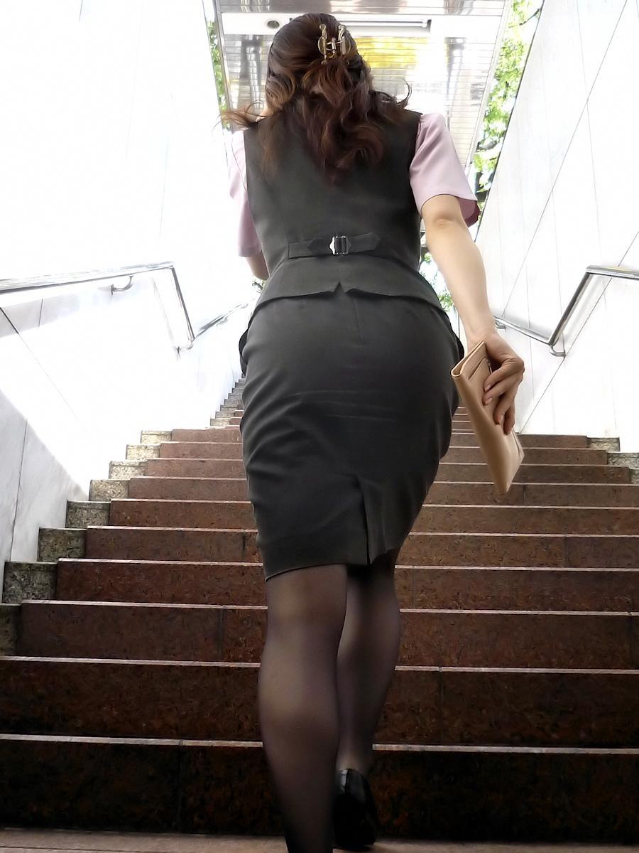 働くお姉さんのタイトスカートと黒パンスト姿がエロイ19枚目