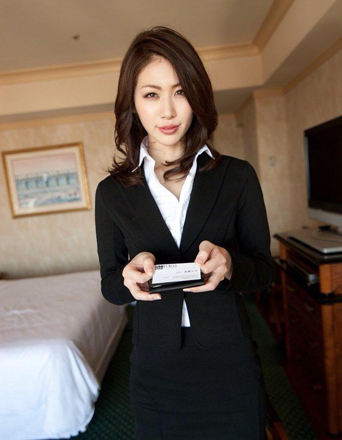 綺麗な営業レディなのに飢えているのかホテルで商談中のエロ画像1枚目