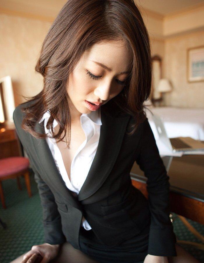 綺麗な営業レディなのに飢えているのかホテルで商談中のエロ画像7枚目