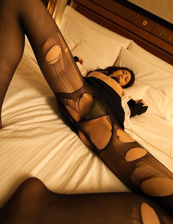 綺麗な営業レディなのに飢えているのかホテルで商談中に枕営業を持ちかけられる17枚目