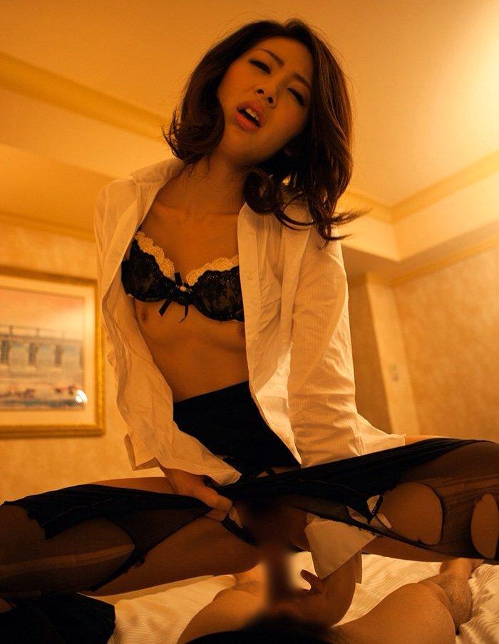 綺麗な営業レディなのに飢えているのかホテルで商談中に枕営業を持ちかけられる24枚目