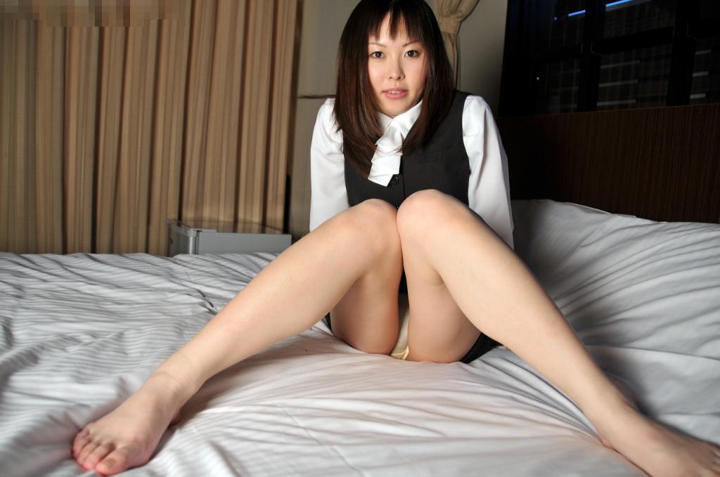 ホテルのベッドの上で挑発ポースを取って男の気持ちを盛り上げるOLお姉さん画像6枚目