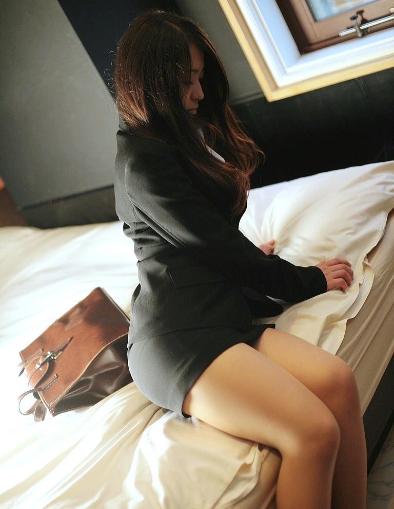 ホテルのベッドの上で挑発ポースを取って男の気持ちを盛り上げるOLお姉さん画像8枚目