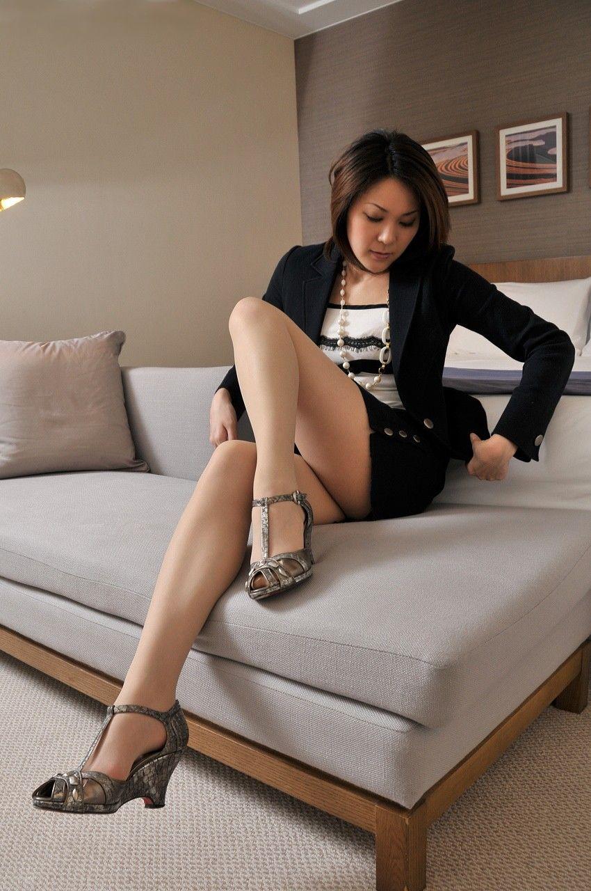 ホテルのベッドの上で挑発ポースを取って男の気持ちを盛り上げるOLお姉さん画像11枚目