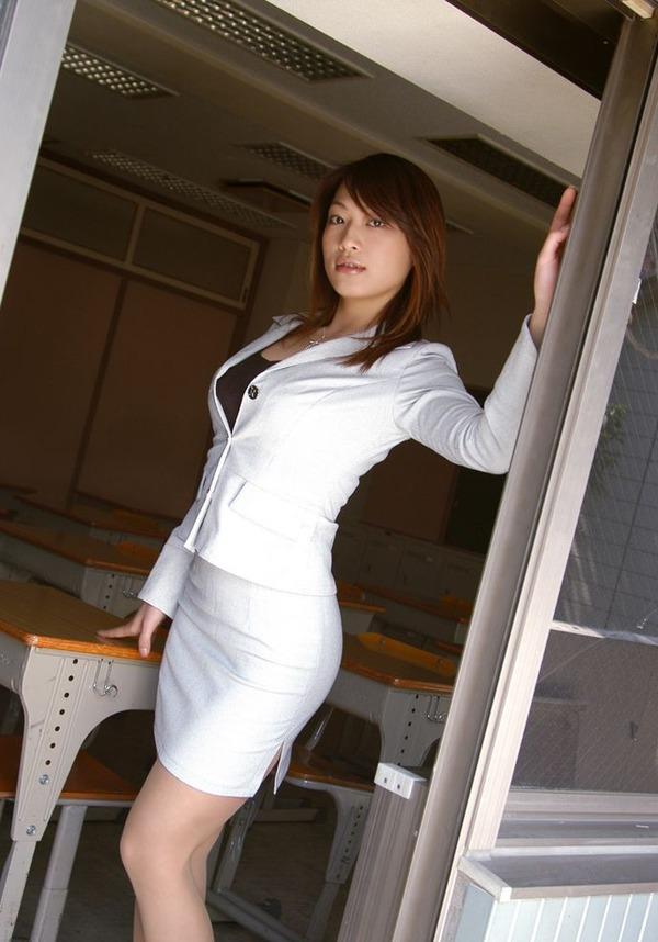 ミニスカ女教師のスカートの中が気になって授業に集中出来ないセクシー先生画像3枚目