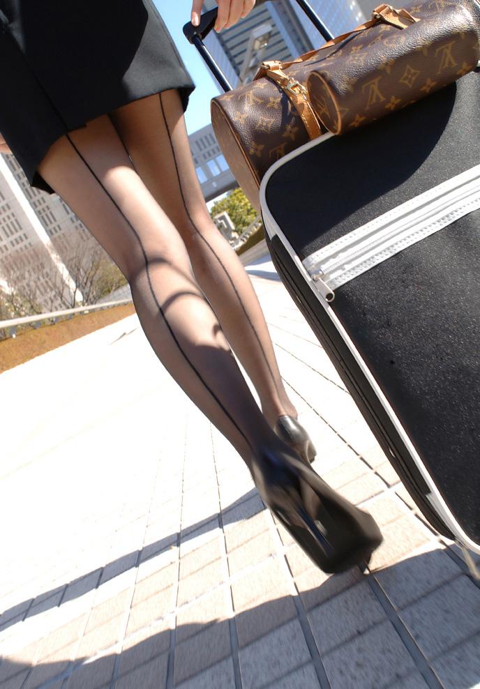 黒パンストが似合うとても綺麗なスチュワーデスとホテルで美脚撮影1枚目