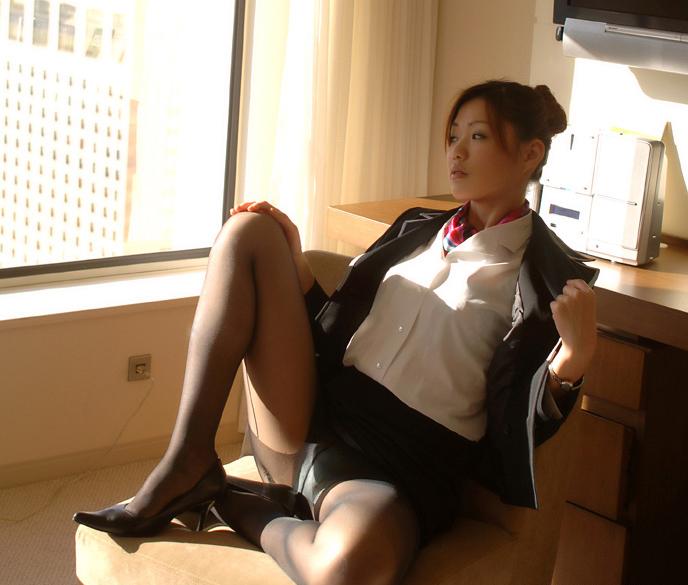 黒パンストが似合うとても綺麗なスチュワーデスとホテルで美脚撮影3枚目