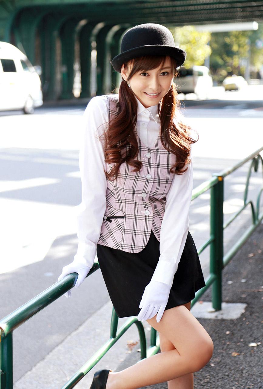 ムッチリボディの可愛いミニタイトスカート穿くバスガイド画像1枚目