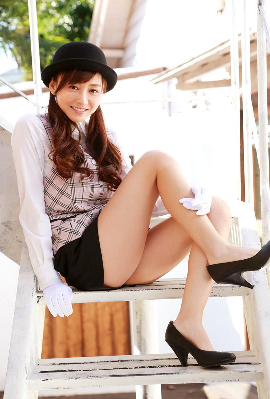 ムッチリボディの可愛いミニタイトスカート穿くバスガイド画像2枚目