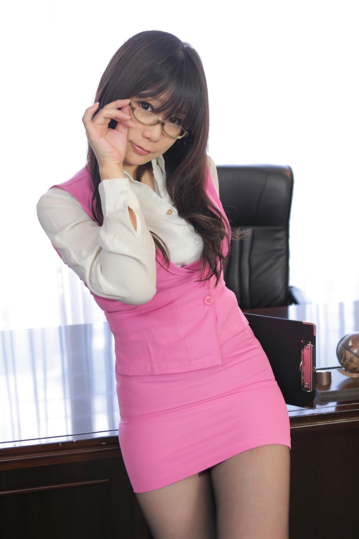 メガネを片手で触ってるOLお姉さんにとても性的興奮を覚えてしまう画像4枚目