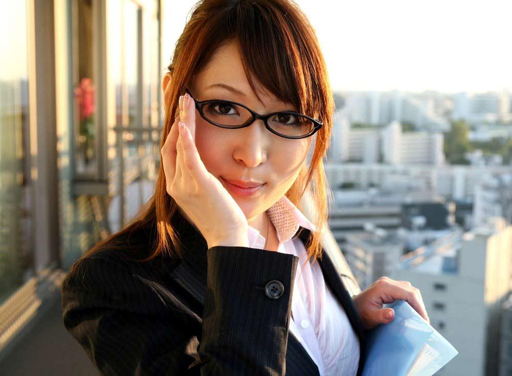 メガネを片手で触ってるOLお姉さんに性的興奮を覚えてしまうエロ画像9枚目