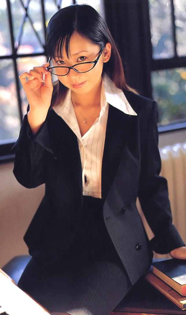 メガネを片手で触ってるOLお姉さんに性的興奮を覚えてしまうエロ画像13枚目