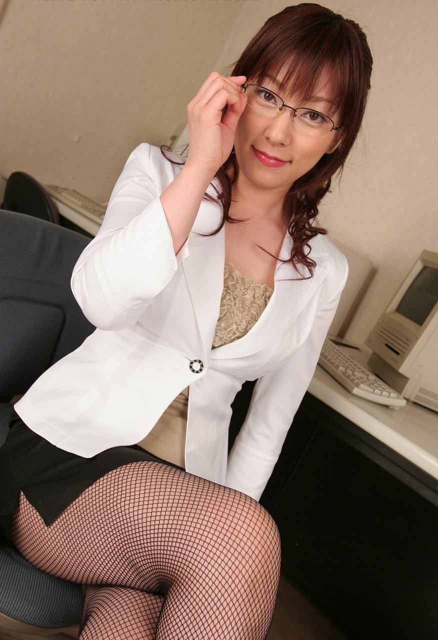 メガネを片手で触ってるOLお姉さんに性的興奮を覚えてしまうエロ画像15枚目