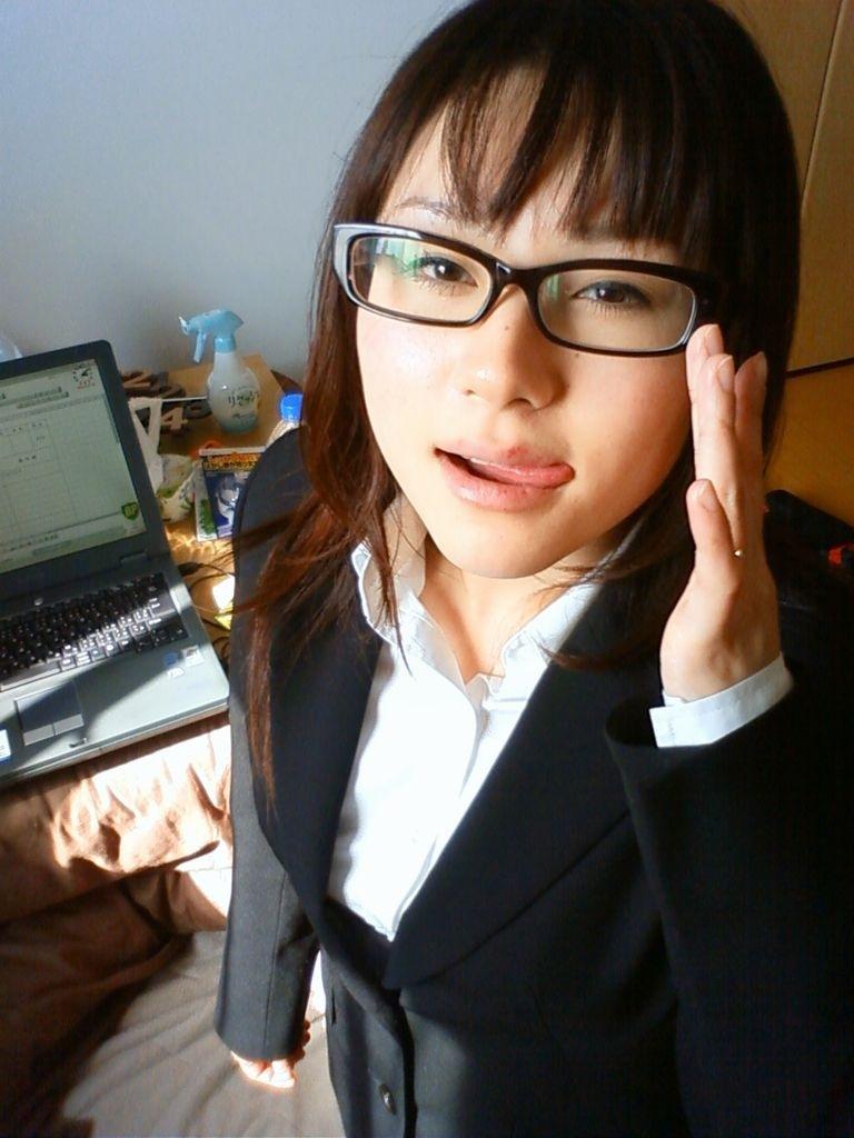 メガネを片手で触ってるOLお姉さんに性的興奮を覚えてしまうエロ画像21枚目