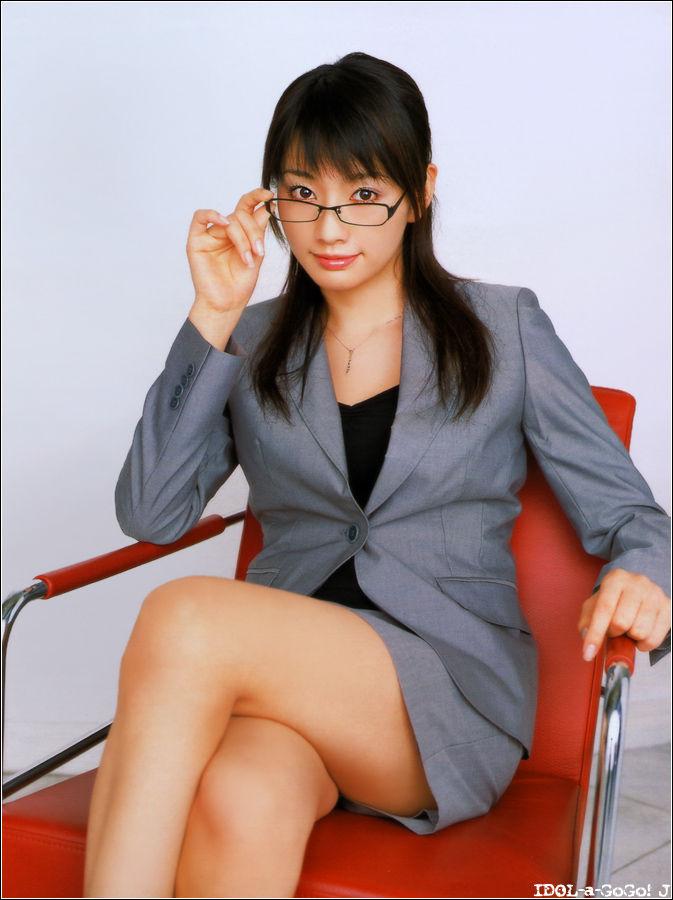 メガネを片手で触ってるOLお姉さんに性的興奮を覚えてしまうエロ画像24枚目