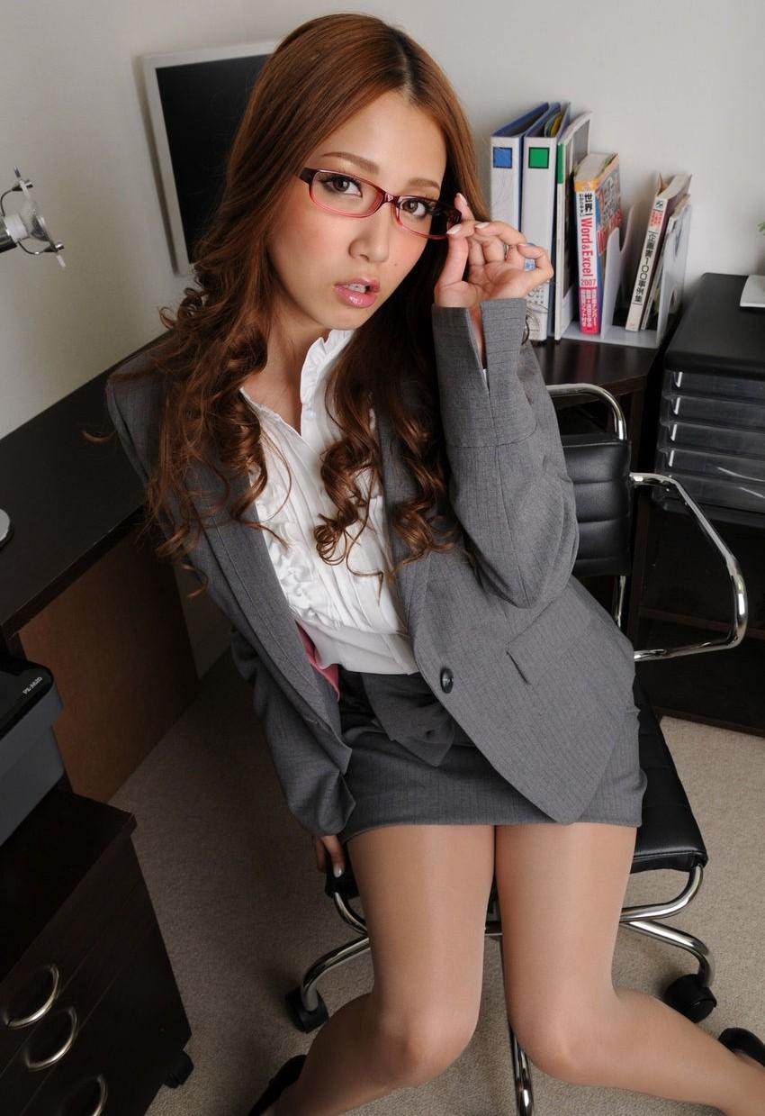 メガネを片手で触ってるOLお姉さんにとても性的興奮を覚えてしまう画像26枚目