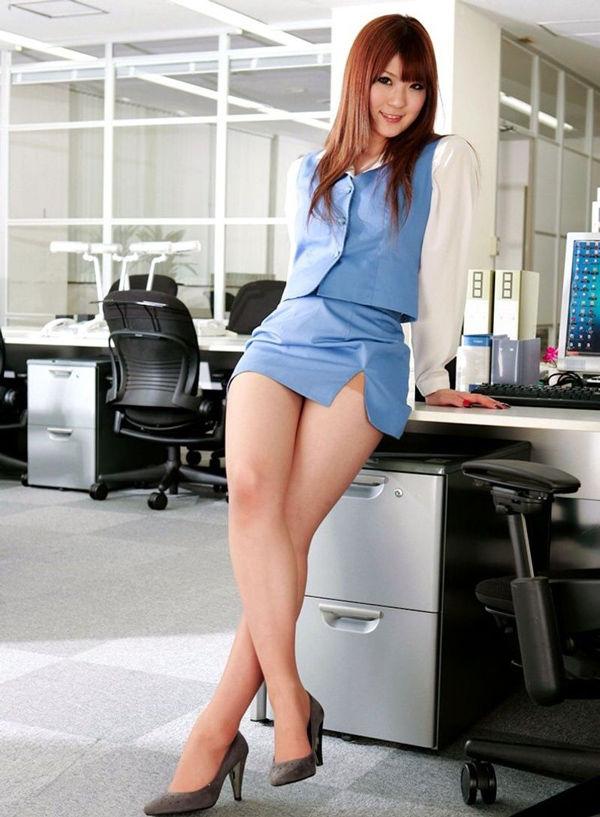 ショムニ系青の会社制服を着たOL会社制服コスプレっぽいOLお姉さんエロ画像2枚目