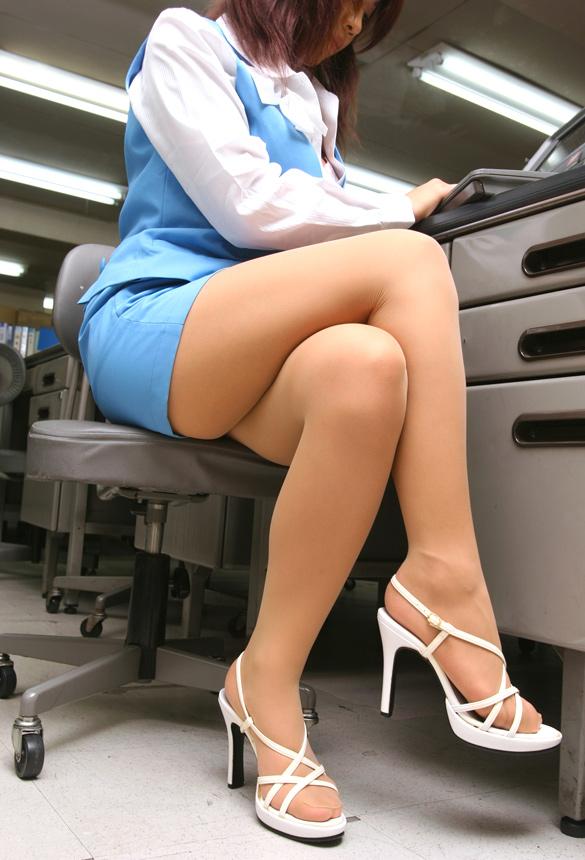 ショムニ系青の会社制服を着たOL会社制服コスプレっぽいOLお姉さんエロ画像3枚目