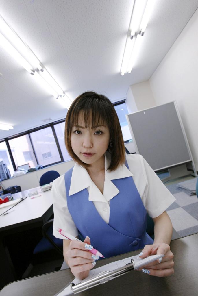 ショムニ系青の会社制服を着たOL会社制服コスプレっぽいOLお姉さんエロ画像12枚目