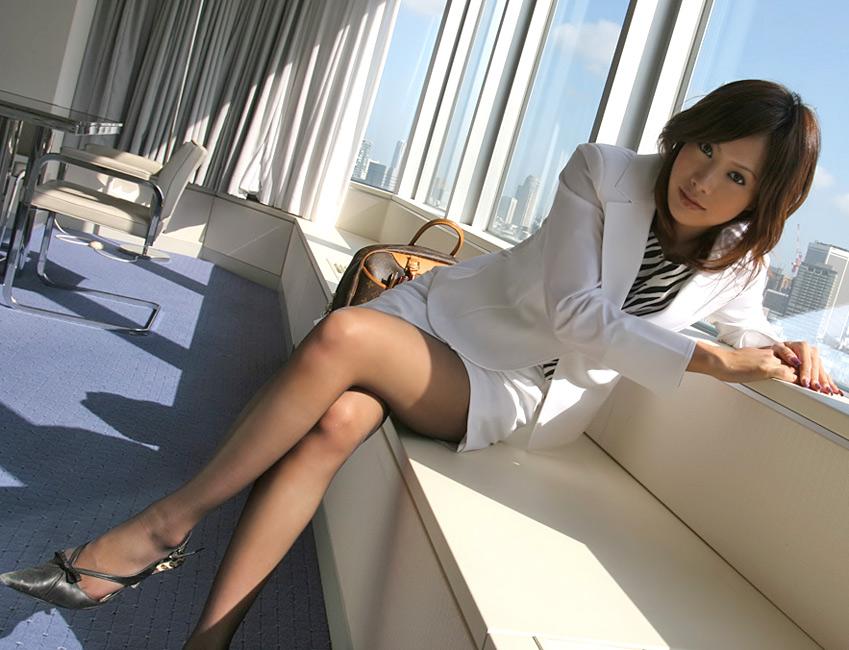 女性社員の窓際族!リストラ対象にされたOLお姉さんのお仕事は窓際で男性社員を癒す事!!10枚目