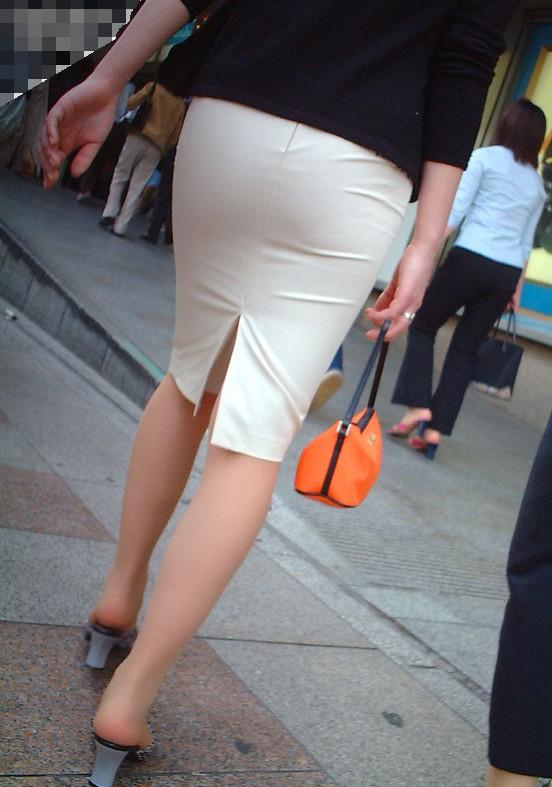 このお尻は触りたくなる!プリプリ白タイトスカートお尻OLのエロ画像1枚目