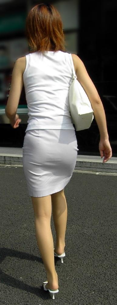 このお尻は触りたくなる!プリプリ白タイトスカートお尻OLお姉さん画像!!6枚目