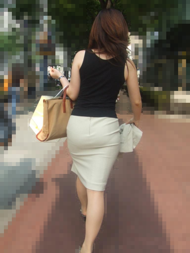 このお尻は触りたくなる!プリプリ白タイトスカートお尻OLのエロ画像8枚目