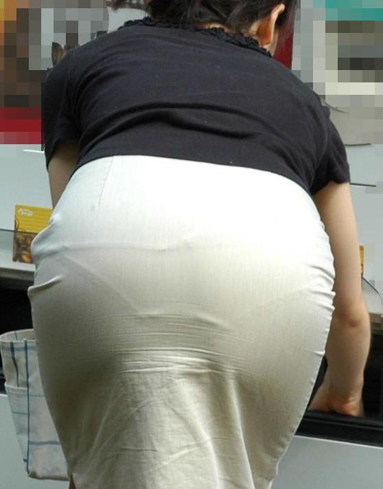 このお尻は触りたくなる!プリプリ白タイトスカートお尻OLのエロ画像9枚目