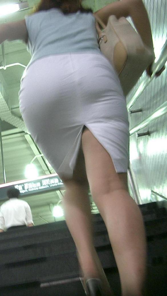 このお尻は触りたくなる!プリプリ白タイトスカートお尻OLのエロ画像11枚目