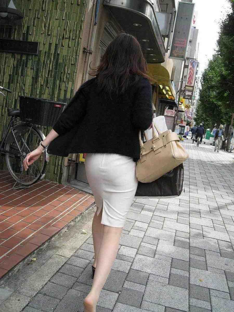 このお尻は触りたくなる!プリプリ白タイトスカートお尻OLお姉さん画像!!17枚目