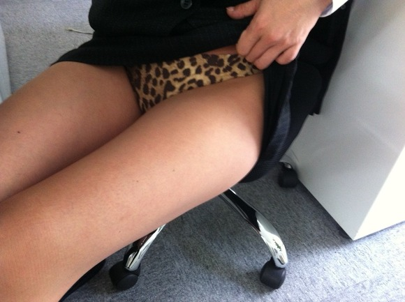 スカートを笑顔で恥ずかしそうに捲ってパンティーを見せるOLエロ画像14枚目