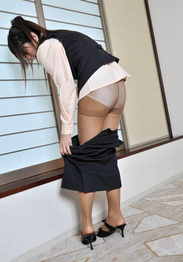 【生着替え】OLお姉さんのスカートやパンストが半脱ぎのエロイ瞬間9枚目