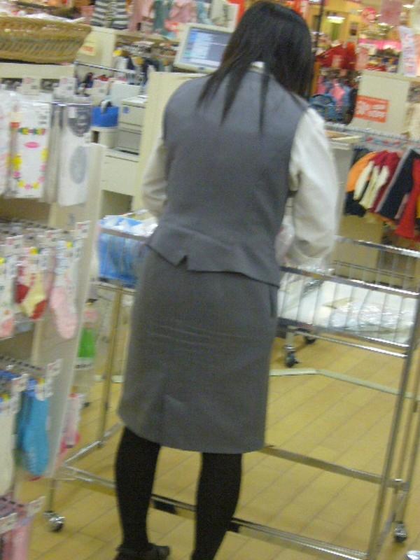 タイトスカートの中を覗きたい!OLお姉さんパンチラ盗撮エロ画像2枚目