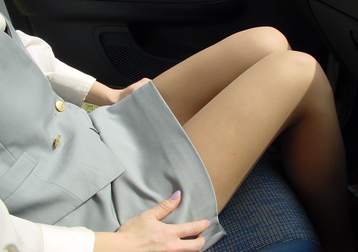 車に乗り込んだミニタイトスカートお姉さん美脚画像1枚目