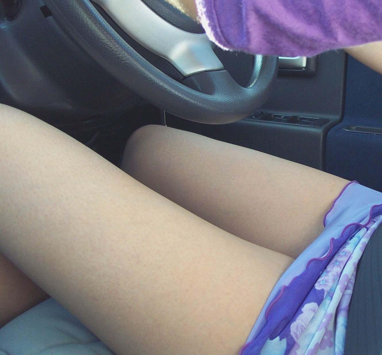 車に乗り込んだミニタイトスカートお姉さん美脚エロ画像9枚目