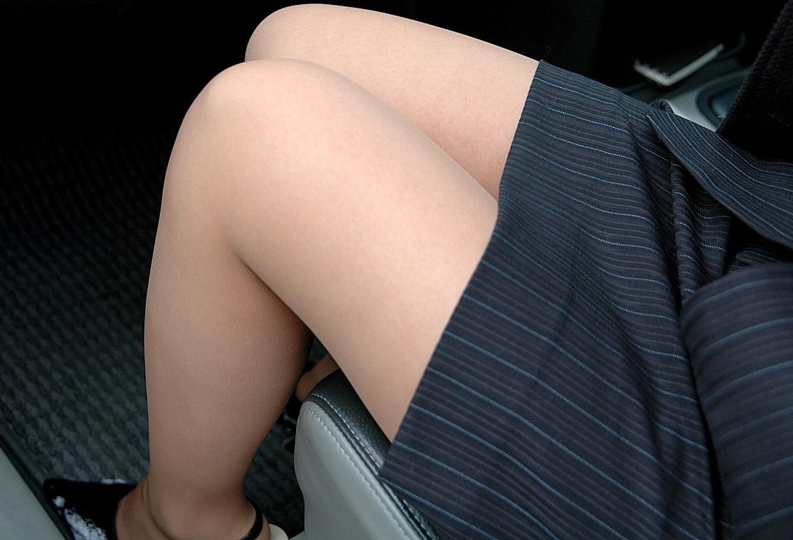 車に乗り込んだミニタイトスカートお姉さん美脚画像12枚目