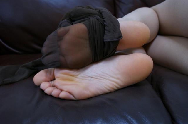OLお姉さん蒸れたパンスト足裏生足爪先エロ画像15枚目