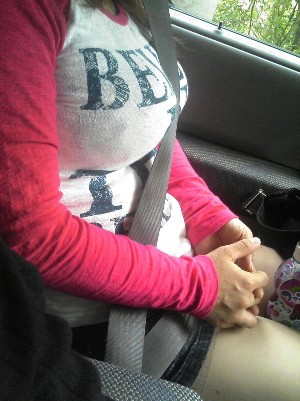 女部下とドライブデート車内太ももタイトスカートフェチ画像1枚目